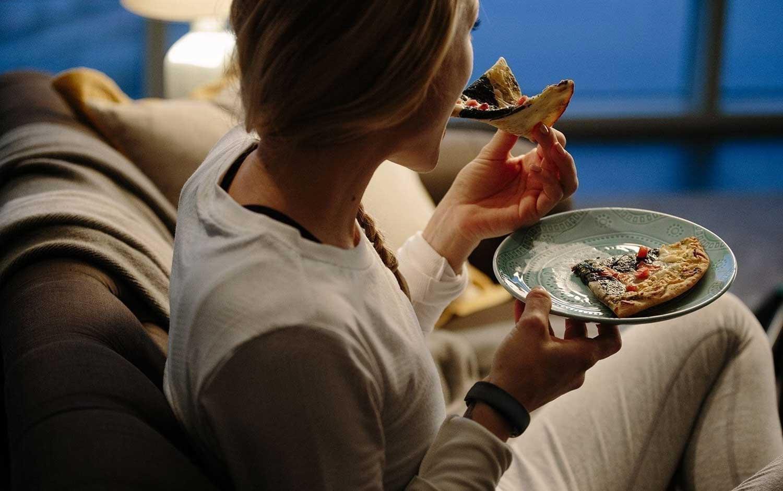Effets inattendus de manger tard dans la nuit sans compter le gain de poids