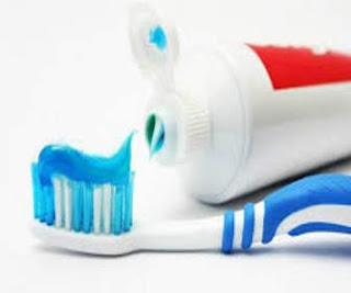 Menyikat gigi yaitu merupakan cara termudah buat memelihara kesehatan  gigi serta ekspresi Ternyata Menyikat Gigi Dengan Menggosok Atas Bawah Tidak Benar