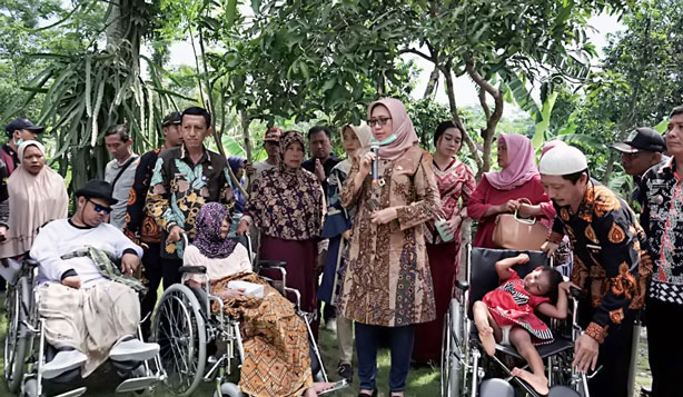 Wabup menyerahkan bantuan kursi roda