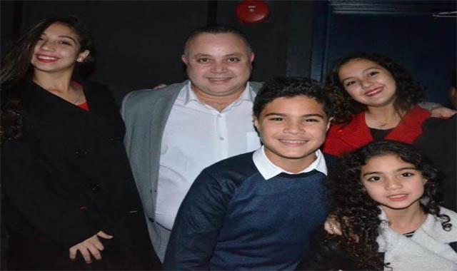 الفنان مؤمن حسن مع ابناءة بعد 25 عام من الأعتزال