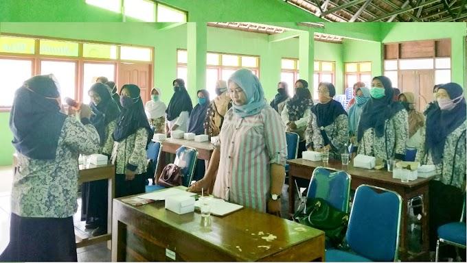 Mewujudkan Lansia Tangguh 7 Dimensi dalam Kegiatan Pembinaan Kelompok BKL di Kalurahan Patuk