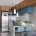 Cozinha integrada pequena azul e cinza com madeira, bancadas em granito e frontão geométrico!