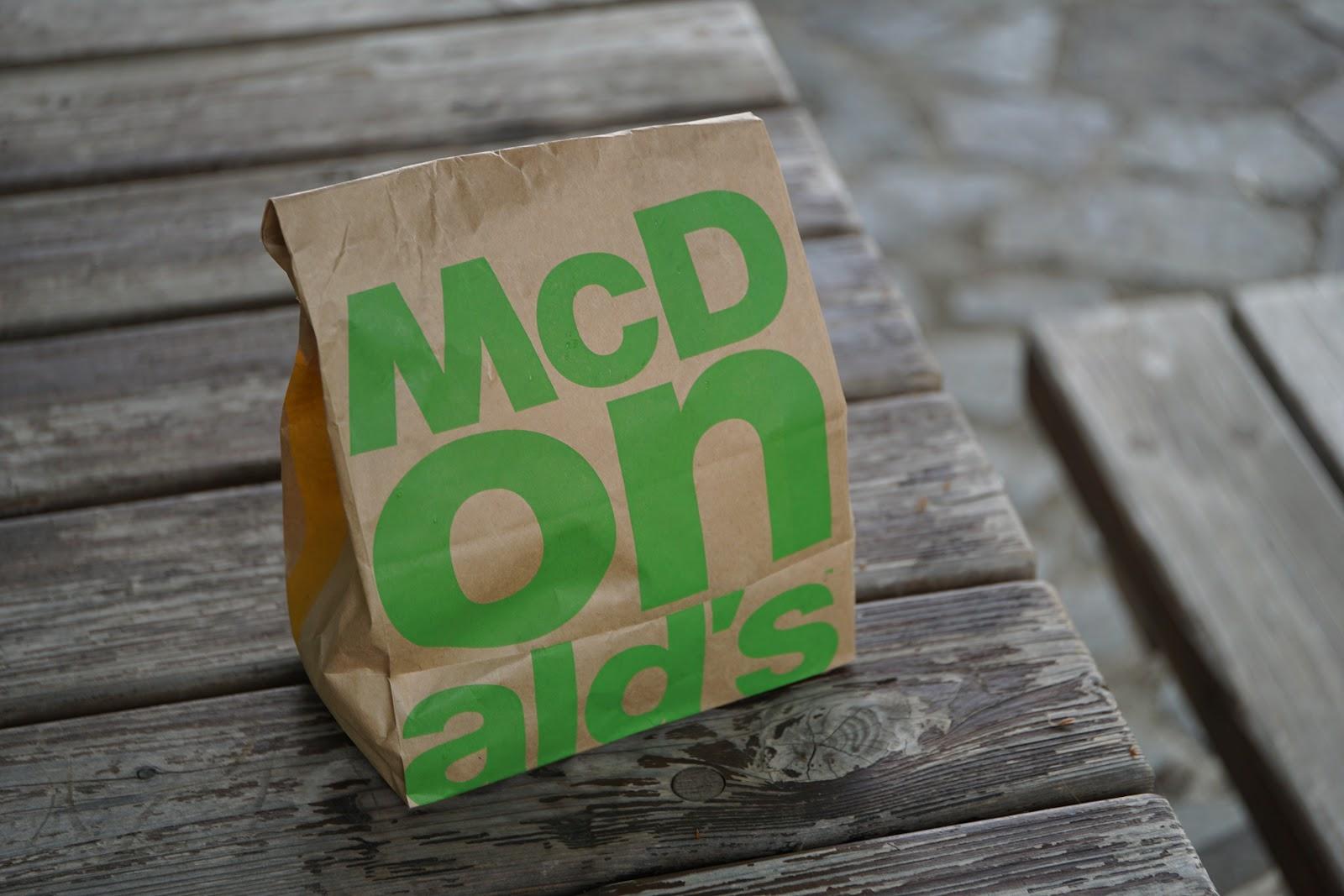 マクドナルドのハンバーガーが三つ入った紙袋