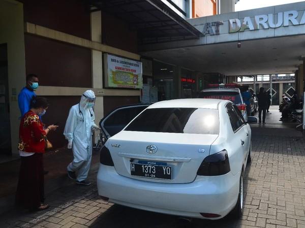 RS di Bandung Penuh, Pasien COVID-19 Tunggu Berjam-jam hingga Pingsan