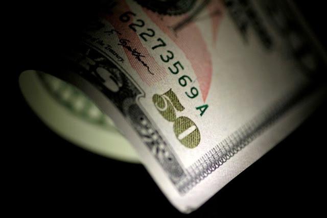 dólar cae frente a las monedas globales