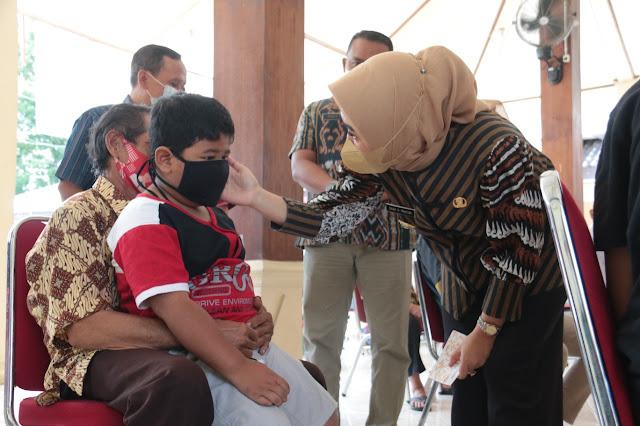 Bupati Tiwi berikan bantuan