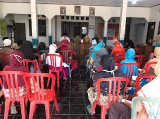 Babinsa Serka Markuat Laksanakan pendampingan BLT DD di Balai Desa Tunggul Pandean Nalumsari
