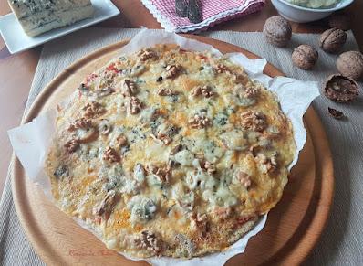 Pizza con masa de coliflor y almendras y con queso azul y nueces #lunessincarne