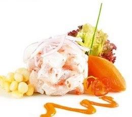 Presentación del ceviche o cebiche con choclo, camote y lechuga