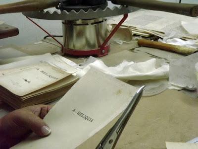 mãos restaurando um livros