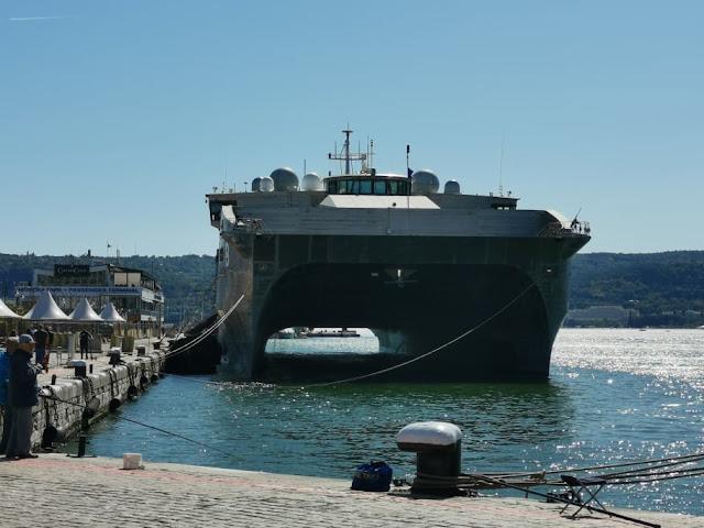 Американски високоскоростен транспортен катамаран с причудлива форма акустира във Варна (СНИМКИ)