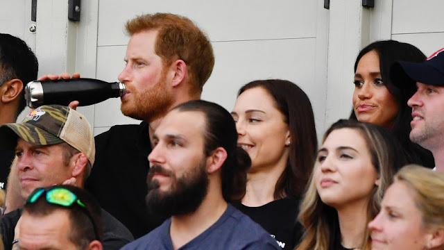 Captan un nuevo momento incómodo del príncipe Enrique y Meghan Markle durante un partido de béisbol (Video)