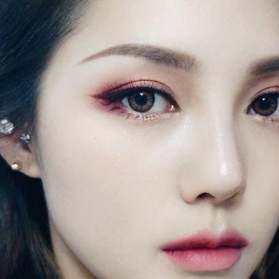 As maquiagens que as coreanas costumam fazer, sempre viralizam na internet e os seus truques são os melhores. As ideias de makes são muitas e por isso elas costumam sempre inovar e fazer novas makes. Por isso separamos 10 ideias de makeup inspiradas na coreanas para você arrasar em qualquer ocasião.     Uma das melhores dicas é usar sombras coloridas e delineador para marcar os olhos. Como os olhos são puxados, o delineador deixa um charme  a mais. Os batons na maioria das vezes sempre cor de cereja, rosa ou coral. Algumas vezes as coreanas usam lente de contato como parte da maquiagem.