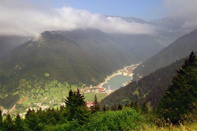 Trabzon'un Çaykara ilçesine bağlı Haldizen Yaylası, sonbaharda gezilmesi gereken yerlerden. Konaklama için Uzungöl'ü tercih edebilirsiniz.