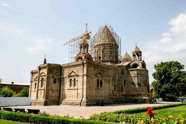 Colocan la cruz de Santa Etchmiadzin