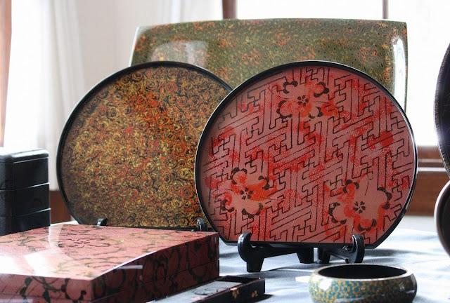 Những món đồ bóng loáng này được phủ nhiều lớp sơn màu. Mỗi lớp phải thật khô trước khi sơn lớp tiếp theo. Kết quả thu được là các họa tiết tuyệt đẹp và chiều sâu của từng sản phẩm.     Đồ sơn mài Tsugaru bắt đầu được chế tác ở Aomori từ thế kỷ 17 và trở thành nghề thủ công truyền thống quôc gia vào năm 1975. Các món đồ được sử dụng hàng ngày, nhưng cũng có những món cao cấp hơn chỉ dùng để trang trí.