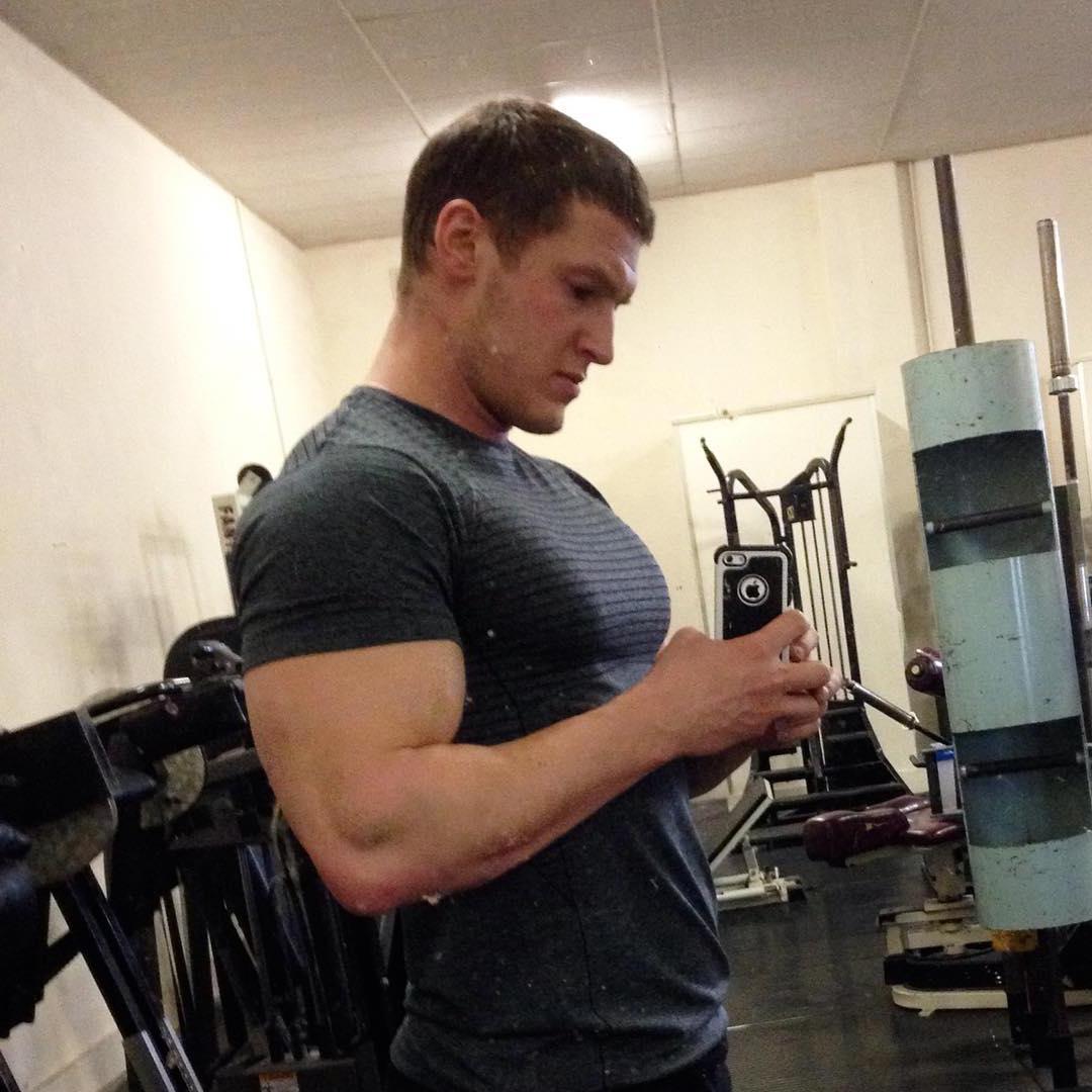 muscle-bear-huge-biceps-sexy-selfie