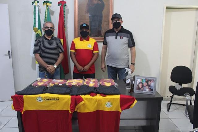 Prefeitura de Caraúbas entrega novo fardamento a Guarda Municipal