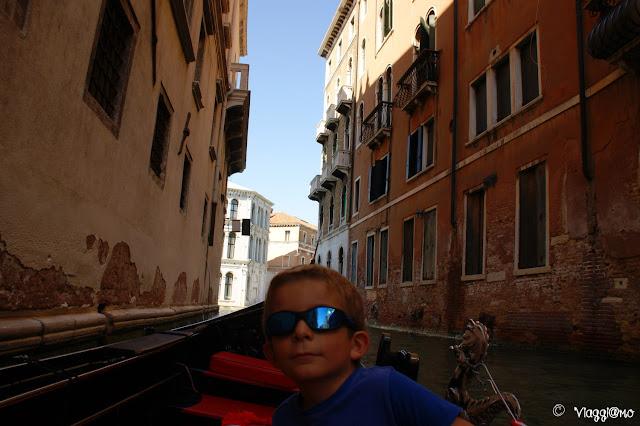 Un tour in gondola tra i canali di Venezia