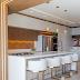 Cozinha sofisticada integrada à lavanderia decorada com tons terrosos e branco!