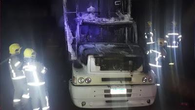 Carreta com pane elétrica pega fogo em pátio da transportadora