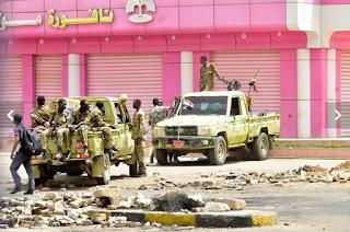 أفراد من قوات الأمن السودانية يقومون بدورية في الخرطوم