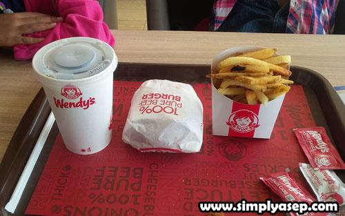 MENU WENDYS : Inilah paket Wendys yang terima bersih. Penukaran 1 Poin mendapatkan paket gratis ini.  1 cup coca cola, 1 pcs Deluxe Burger dan juga kentang gorengnya.(10/11) . Foto Asep Haryono