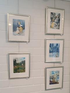 Hulmu ja Haukku kuvituksia Aija Saukkosen taidenäyttelyssä Leppävirran kirjastolla