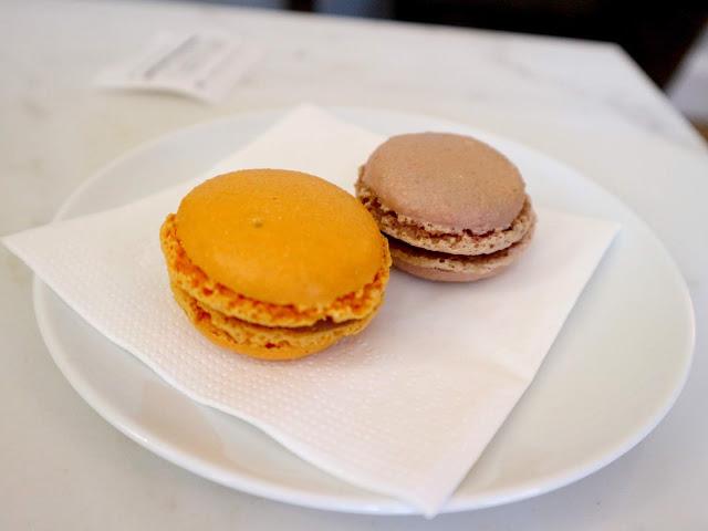 Deux délicieux macarons vendus au Petit Poucet, la Pâtisserie Amiénoise.