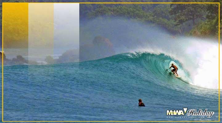 Surfing pantai batukaras