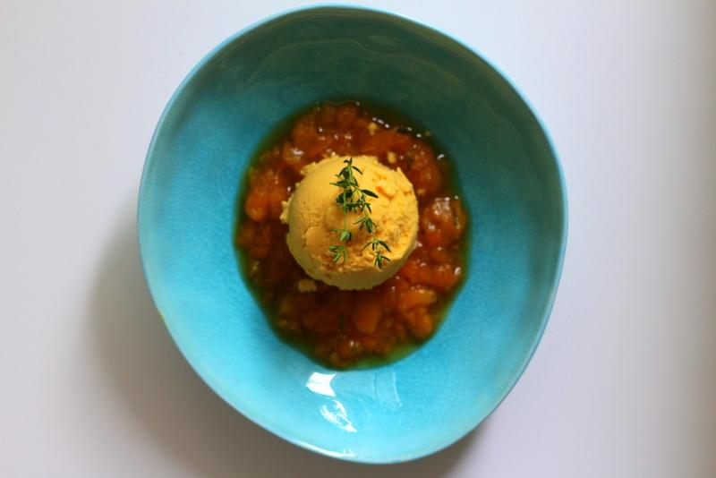 Veganes Aprikosen-Mandeleis auf Aprikosen-Thymian-Kompott mit weißem Portwein | Arthurs Tochter Kocht by Astrid Paul