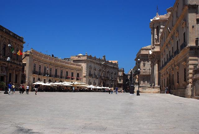 la place de la cathédrale, un beau demi-cercle.