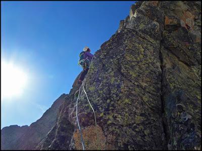 Escalando el segundo largo del Espolón Norte del Ramougn