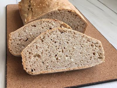 Chleb bez drożdży z sezamem