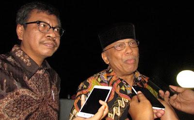 Abdul Hakim Garuda Nusantara (kanan) dan Agus Dwiwarsono mewakili Yusril Ihza Mahendra Law Firm