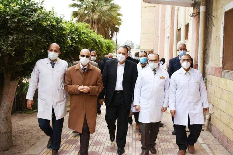محافظ الشرقية يطمئن على حالات العزل المنزلي لمصابي فيروس كورونا بمدينة الإبراهيمية / الأهرام نيوز