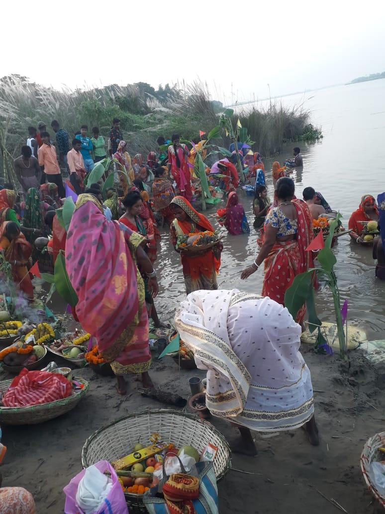 ছটপুজোয় মেতে উঠলো কাটোয়ার চরসাহাপুর গ্রাম 2