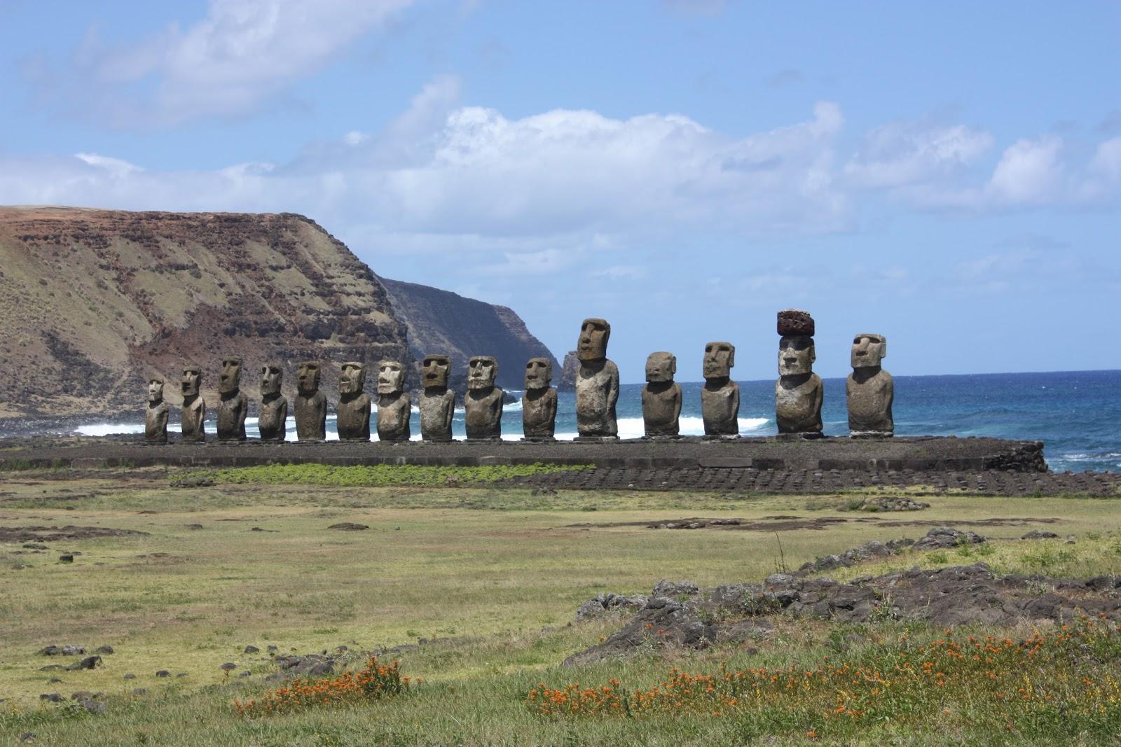 イースター島のアフ・トンガリキの十五体のモアイ