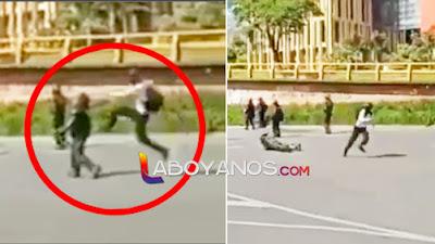 La patada 'voladora' por la espalda con la que un manifestante 'privó' a una agente del Esmad