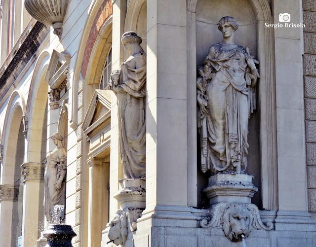 Vista de 3 esculturas da fachada do Museu Catavento - Brás - São Paulo