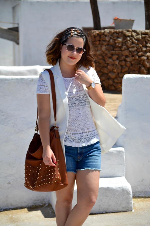look_verano_chaleco_blanco_sandalias_doradas_lolalolailo_04