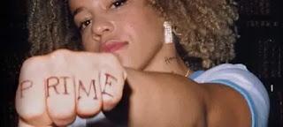 ragazza con scritta prima tatuata sulla mano