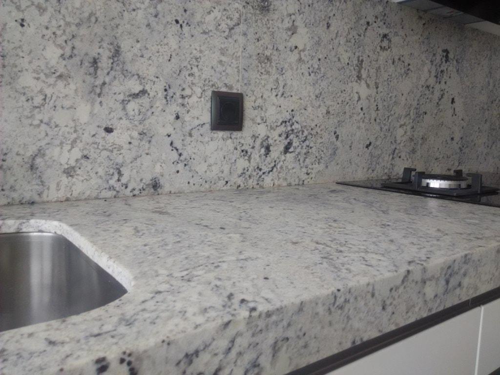 Negro blanco y gris una mezcla que realza una cocina de - Tipos de granito para cocinas ...