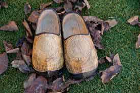 Sandal Ukir Unik