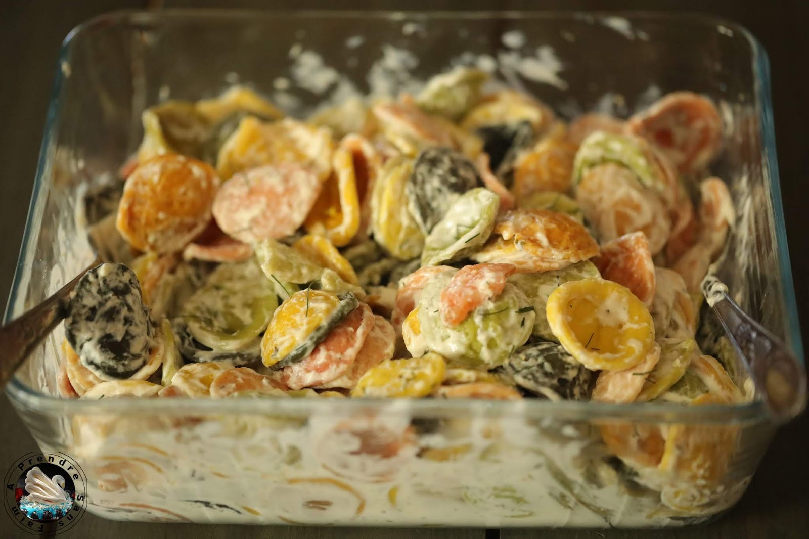 Salade de pâtes froides au saumon ail et fines herbes
