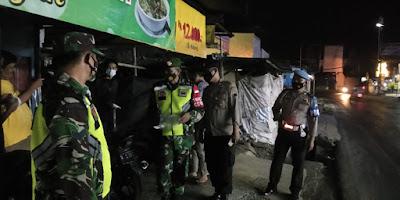 Petugas Lakukan Patroli Malam dan Menghimbau Warga Patuhi Prokes