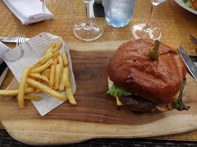 Hamburguesa en el restaurante de la piscina en el Balaclava
