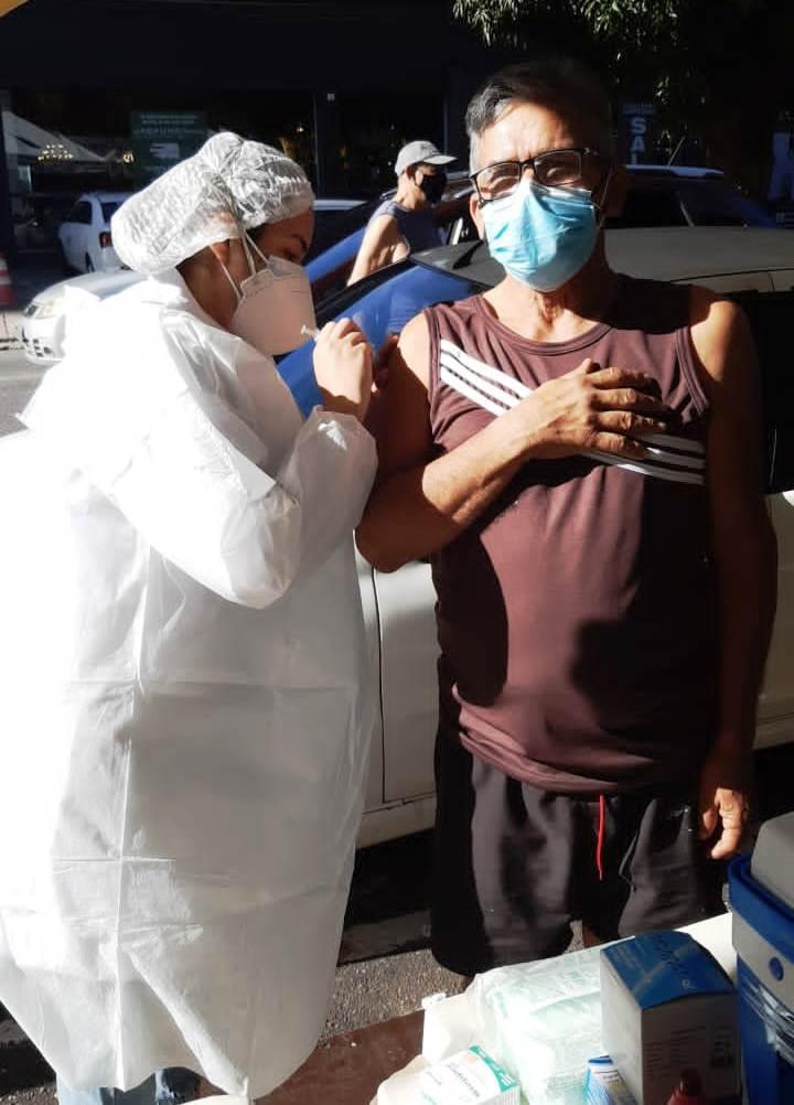 Com brado 'Viva o SUS!', artista santareno é vacinado contra covid-19 em Belém