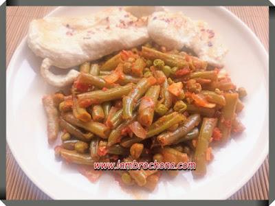 judias verdes y guisantes salteados con tomate. www.lambruchona.com