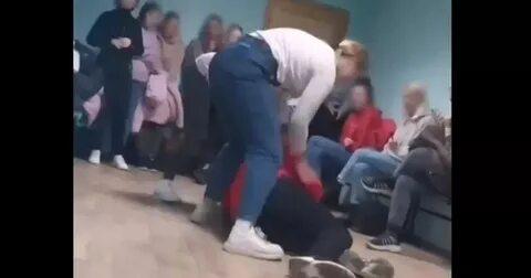 Пинали и душили: В липецком техникуме студентки жестоко избили девушку-инвалида под смех сокурсников! Видео